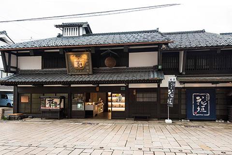 建物や蔵は登録有形文化財に指定されている。
