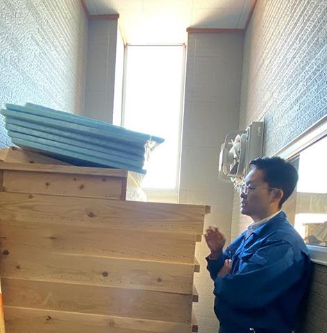 麹箱について説明する梁瀬製造部長