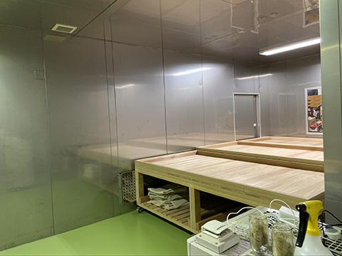 ステンレス壁の麹室。拡張を重ね、右手奥側にもスペースがある