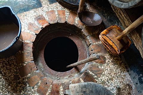 クヴェヴリと呼ばれる土器を、セラーの地中に埋めて造るジョージアワイン