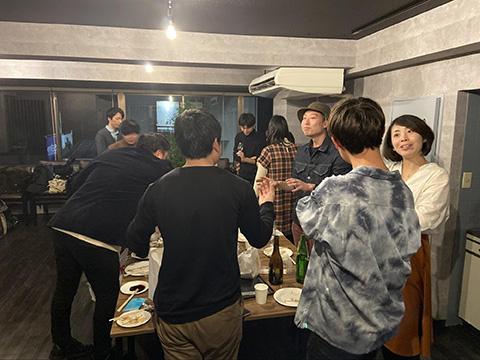 お酒もおつまみも集まり、賑わう持ち寄り会