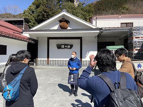 蔵の歴史と地理を紹介してくださる小澤酒造 吉崎さん