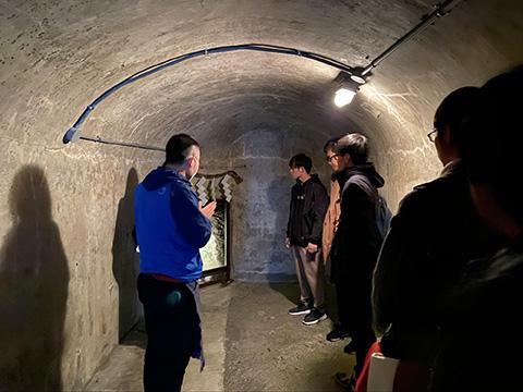 「蔵の井戸」手前のトンネルにもみんなで入って見せていただく