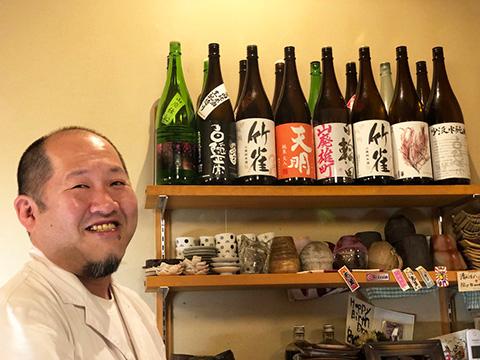 お酒を紹介してくださる店主・清水さん